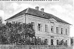 Základní škola před celkovou přestavbou v roce 1914. V roce 1903 evangelíci zrušili evangelickou školu na návrh představenstva obce a děti začaly chodit společně do školy veřejné. V roce 1914 byla provedena přístavba školní budovy do dnešní podoby.