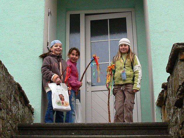 DÍVČÍ KOLEDA JE ZVYKEM RYCHNOVSKA.  V neděli dopoledne se do ulic vydala hlavně mladá děvčata. Chodila po skupinkách a zpívala velikonoční koledy. I v Solnici koledovaly školačky.