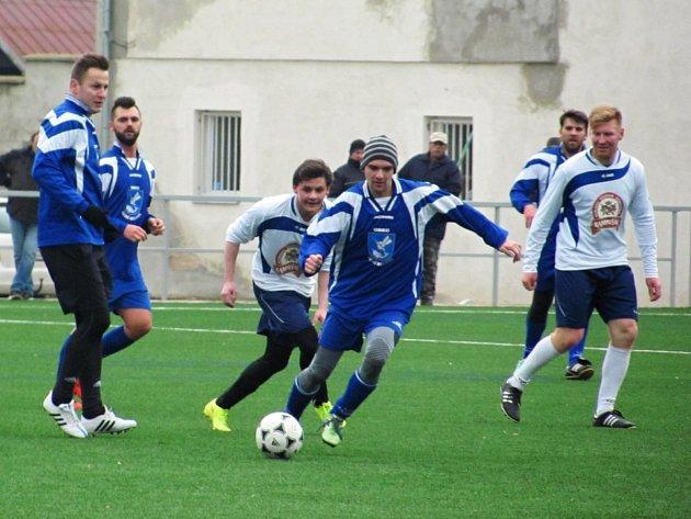 Na snímku vede míč českomeziříčský špílmachr Leoš Hlavsa sledovaný autorem dalších dvou gólů Dobrušky Danielem Eimanemm.