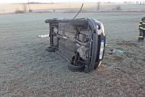 Vůz se při nehodě převrátil na bok.
