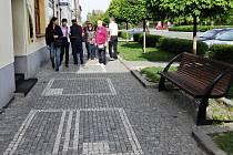 OBRAZCE NA CHODNÍKU opočenského Kupkova náměstí jsou inspirovány dílem místního rodáka, světoznámého malíře Františka Kupky -   zakladatele  moderního abstraktního výtvarnictví.