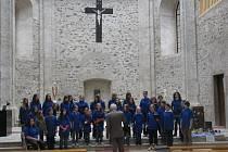 Kostelem se rozléhaly tóny sborového zpěvu