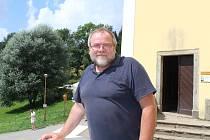 Josef Suchár před neratovským kostelem.