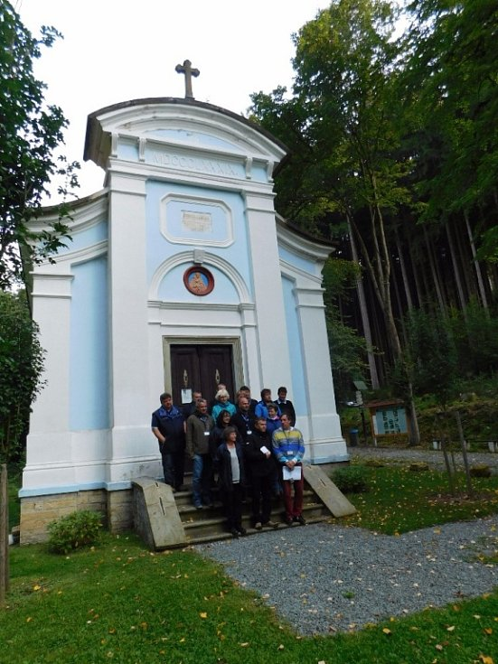 Před kapličkou P. Marie.