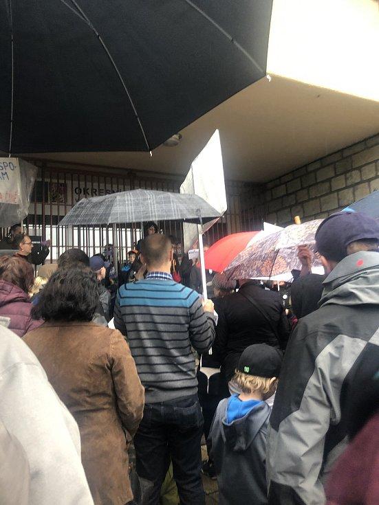"""""""Nejsme pražská kavárna,"""" zněla hesla během demonstrace."""