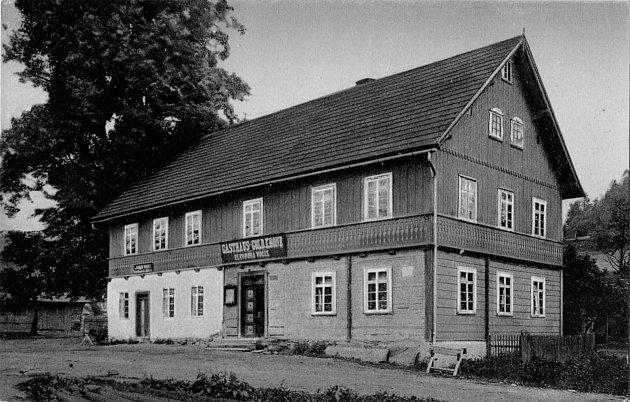 Místní hostinec subytováním, využívaný především vzimních měsících, kdy se tu hojně lyžuje. První lyžařský závod byl vSedloňově uspořádán vúnoru roku 1897.