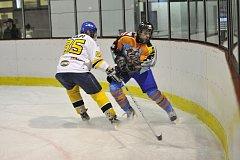 Na rokytnické Medvědy (v bílých dresech) čeká v zítřejším semifinálovém duelu favorizovaný Bílý Újezd, vítěz základní části  Rychnovské hokejové ligy.