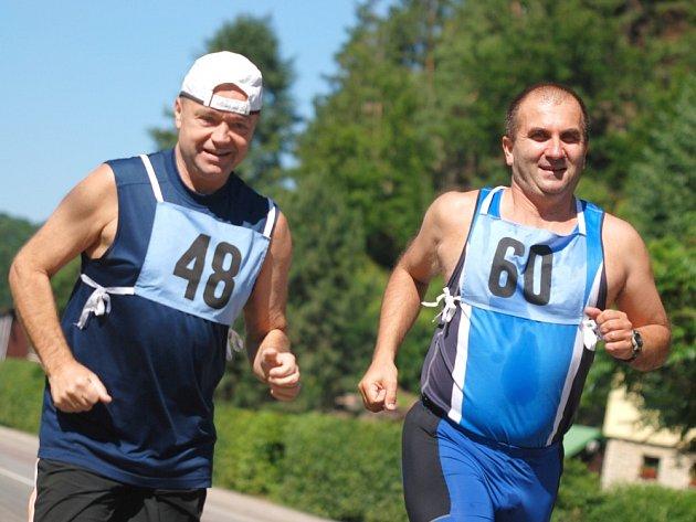 ŠESTAČTYŘICET ZÁVODNÍKŮ se postavilo na start desetikilometrového přespolního běhu v Kounově.