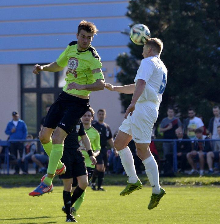 Kostelecký Kamil Kaplan (vpravo) odvrací míč před dobrušským kapitánem Alešem Haškem.