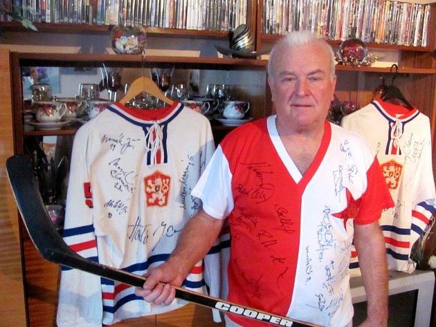 DVA DRESY československých mistrů světa v ledním hokeji z roku 1972 patří k těm nejcennějším suvenýrům. Nejsou však jedinými v bohaté sbírce.
