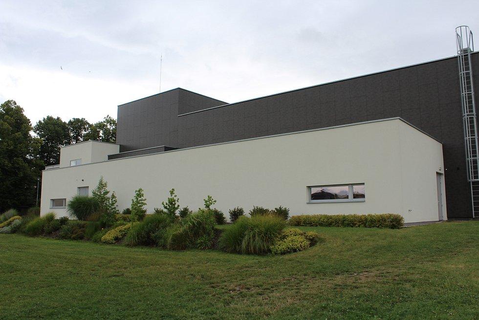 Společenský dům ze zadního pohledu, rekonstruován byl za více než 100 milionů korun.