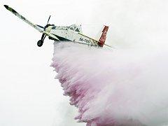 Odhalení oficiálního znaku letištních hasičů dobrovázela ukázka letecké hasební techniky, v akci letoun při odhození hasební látky.