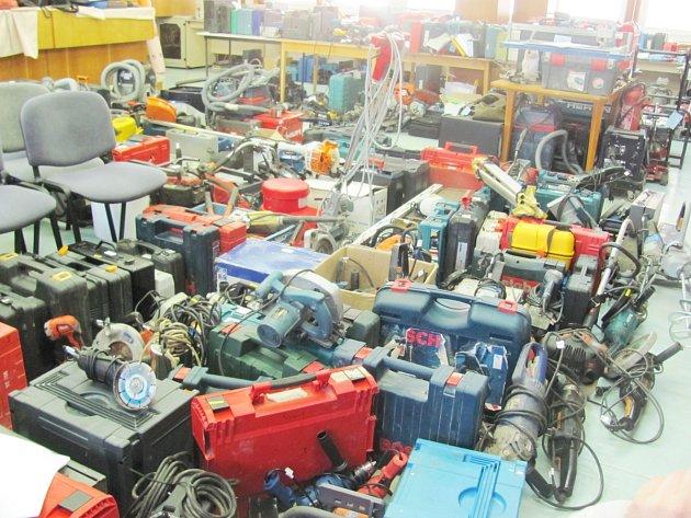 Z vykradených dodávek si zloděj odnesl téměř 700 kusů nářadí.
