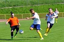Starší dorostenci Rychnova nad Kněžnou (tmavé dresy) v utkání krajského přeboru remizovali s Českou Skalicí 2:2 a v penaltovém rozstřelu vyhráli 5:4.