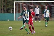 Albrechtický fotbalista Ladislav Sršeň odkopává míč před jedním ze solnických protihráčů.