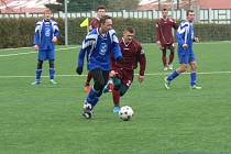 REMÍZA. Nerozhodným výsledkem 1:1 skončilo přípravné fotbalové utkání na umělé trávě v Dobrušce, ve kterém se střetli hráči Českého Meziříčí (světlejší dresy) a Solnice.
