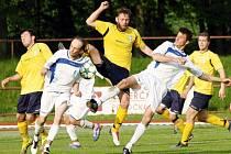 Kdo s koho? Kostelečtí fotbalisté v minulém kole vyhráli v Novém Městě nad Metují. Na snímku bojují o míč Lukáš Šrámek a Aleš Hašek (v bílých dresech) s domácím Zdeňkem Lantou.