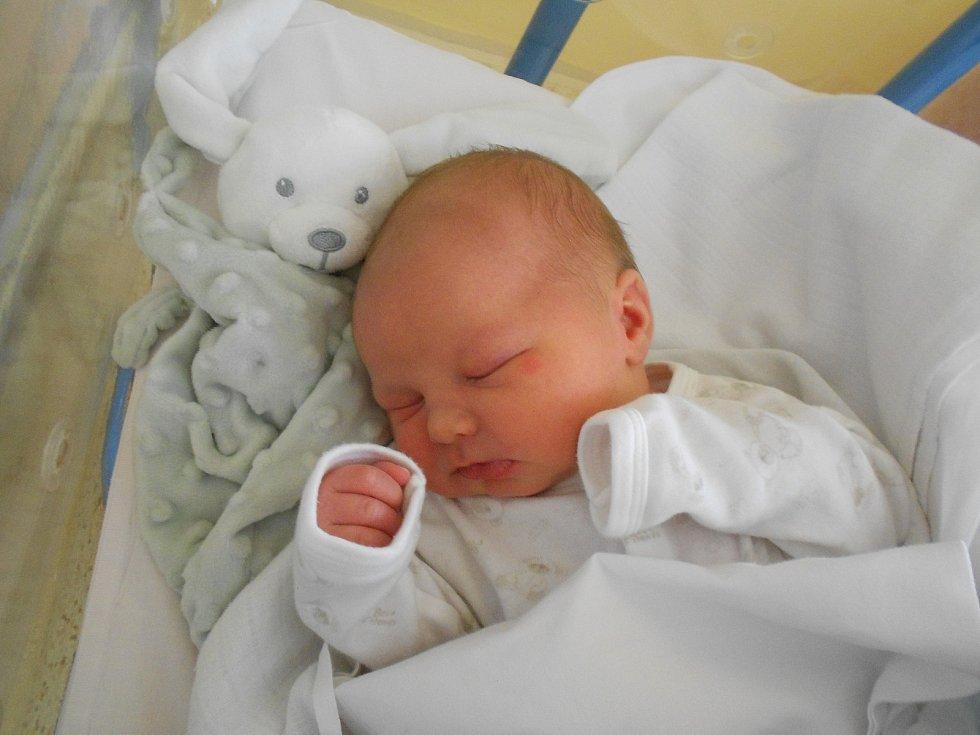 Marek Larisch se narodil 2. 3. 2021 v12:12 hodin. Měřil 53 cm a vážil 4530 g. Hrdí rodiče Barbora Průchová a Ota Larisch jsou zVelin. Na Marka se těšili i sourozenci Jan a Matěj. Tatínek byl u porodu úžasný.