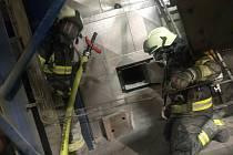 V prostoru elektrárny dřevozpracujícího podniku v Borohrádku došlo v neděli brzy ráno k požáru kotle na biomasu.