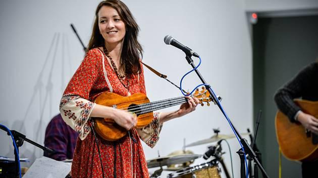 ŠÁRKA ADÁMKOVÁ během koncertu skupiny Sarah &The Adams na pódiu víceúčelového centra Elada v Bystrém v Orlických horách.
