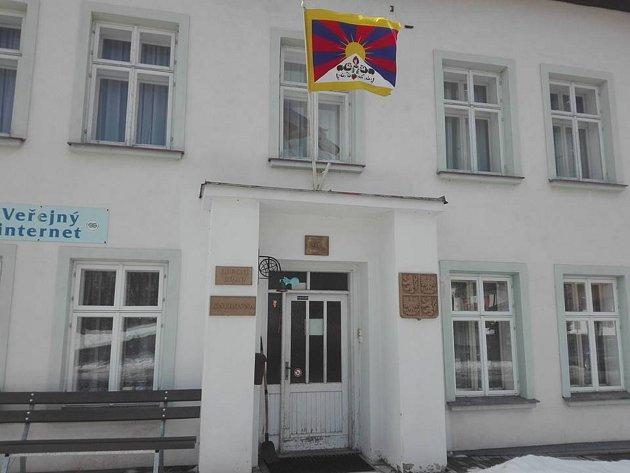 Tibetskou vlajku vyvěsili i na radnici v Deštném v Orlických horách.