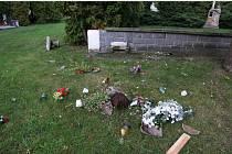 Vandal řádil na hřbitově.