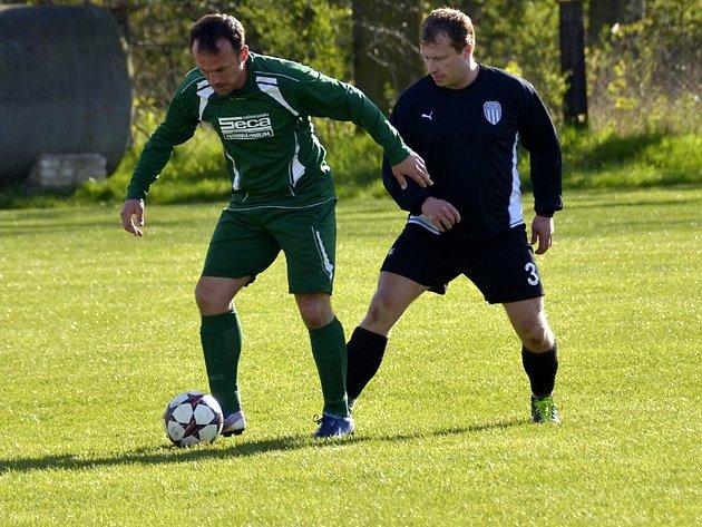 Hrající trenér Radek Sazima (na snímku vlevo) rozhodl dvěma góly o výhře Borohrádku nad Policí.