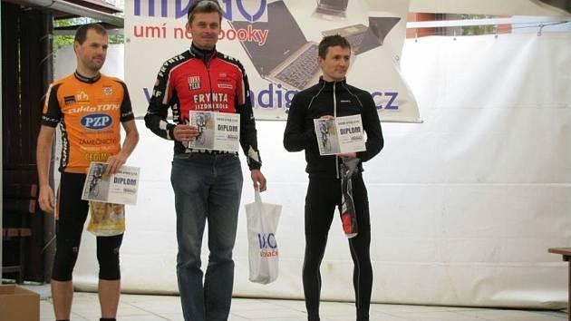 Stupně vítězů kategorie Masters (zleva): třetí Roman Palguta, vítěz Martin Katera a druhý Josef Novotný