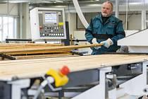 VE DVOU HALÁCH to září novotou. Na zpracování dřeva v novém výrobním a inovačním centru v Třebešově se podílí nejmodernější technika řízená počítači.