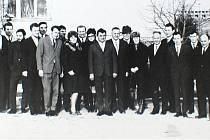 Učitelský sbor začátkem 70. let. Na snímku se nachází například Josef Krám, Oldřich Richterek, Josef Bahník, Jaromír Fridrich, Alois Pivec, ředitel Jaroslav Sloupenský a další.