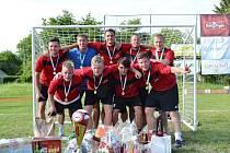 Vítězové - hráči týmu Malá šance se radují z prvenství na jubilejním Trnov Cupu.