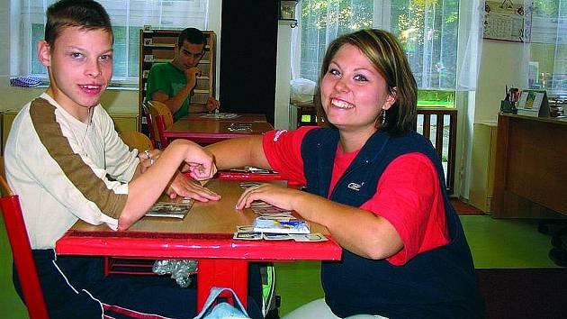 Asistent pomáhá ve škole, při oblékání, přesunu z vozíku,   asistuje při podávání jídla, léků, při úkonech osobní hygieny atd.