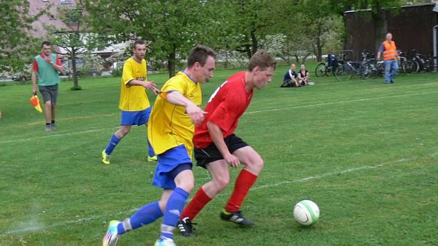 Na snímku domácí Matěj Moravec (vpravo) si kryje míč před Jakubem Tomáškem.