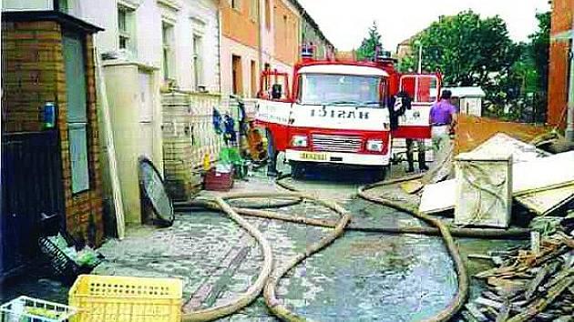 Obecně prospěšná činnost SDH Dlouhá Ves směřuje na likvidaci následků přírodních katastrof, jako tomu bylo  i při povodních  2002  v Praze. Hasiči pomáhali ve Zbraslavi.