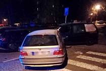 Osobní automobil narazil v Rychnově nad Kněžnou do stojících vozidel.