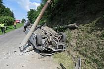 Řidič rychlou jízdu ukončil nárazem do sloupu, byl převezen s lehkým zraněním do nemocnice. Spolujezdkyni přvezl vrtulník do Hradce Králové.
