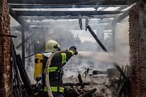 Požár stodoly s milionovou škodou ve Voděradech - části obce Vojenice na Rychnovsku, hasiči uchránili před plameny rodinný dům