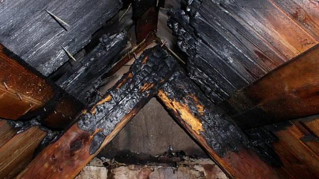 Požáír střechy rekreačního objektu ve Zdobnici.