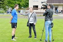 Ve čtvrteční podvečer ČT Sport na kosteleckém stadionu natáčela rozhovory s domácími fotbalisty. Na snímku David Kalous zpovídá kapitána Antonína Řeháka.