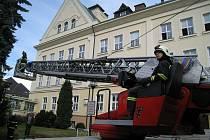 Rychnovští profesionálové HZS evakuovali studenty rychnovského Gymnázia F.M.Pelcla. Šlo o cvičnou akci, kterou gymnázium provádí pravidelně každý rok.
