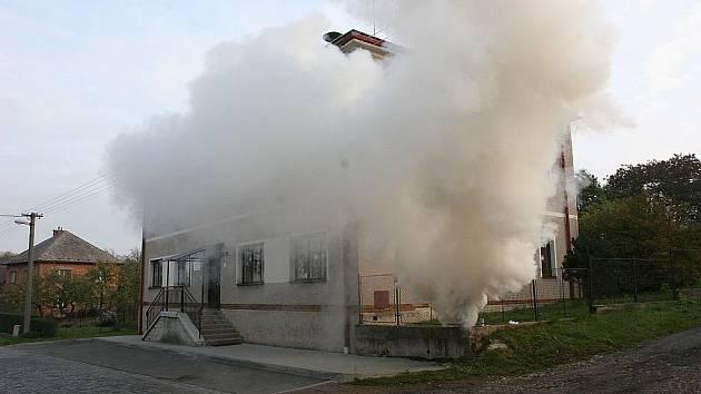 Simulovaný požár Základní školy v Rovni.