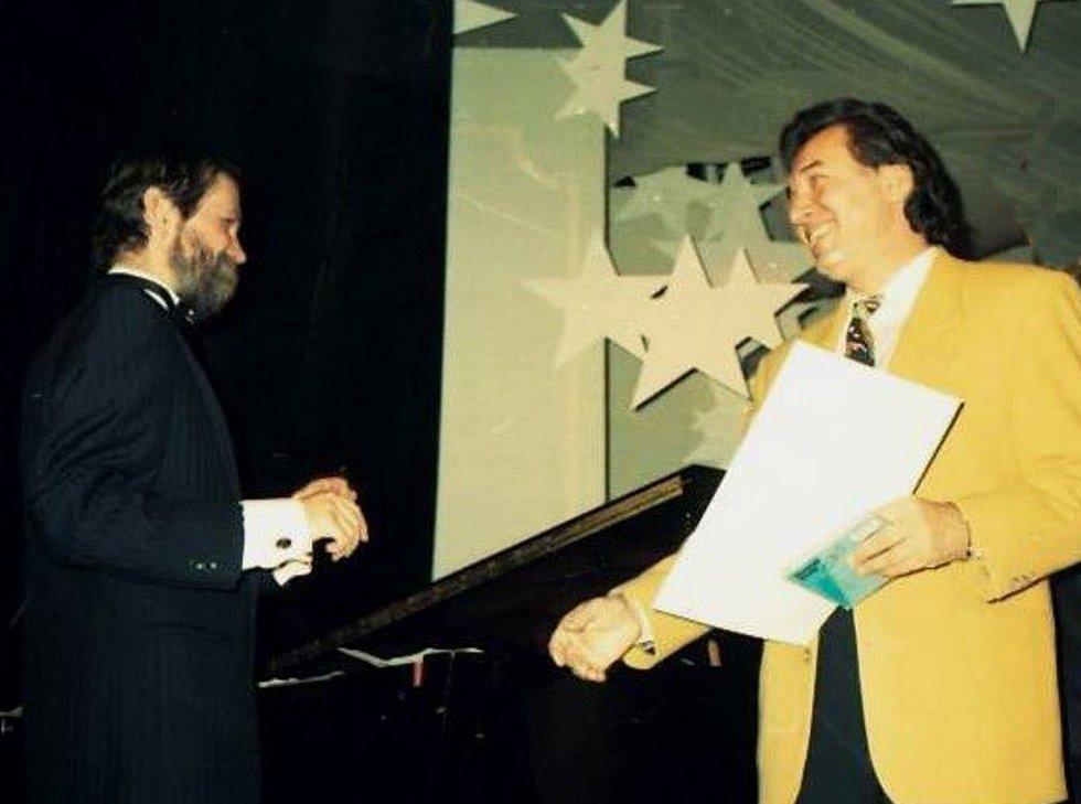 Snímek Josefa Kráma z rozhlasového pořadu Tobogán, kterého se zúčastnil Karel Gott.