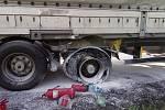 Požár pneumatiky u návěsu kamionu.