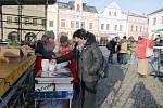 Teplá polévka, čaj a koláčky se rozdávaly na rychnovském Starém náměstí.