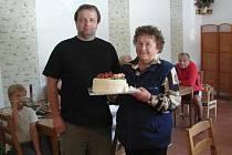 Vítězem se stala Jana Koblásová (vpravo). Cenu v podobě  dortu převzala od předsedy kulturní komise Libora Beneše.