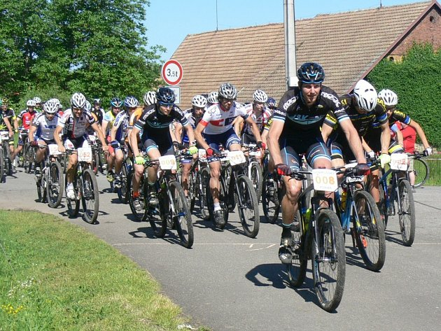 Pětapadesát bikerů se vydalo z Mělčan na okruhy v lese Chlum. Nejrychlejší na trati dlouhé 26,8 km byl Lukáš Čáp z HSK cycling teamu (na snímku vpředu s číslem 8).