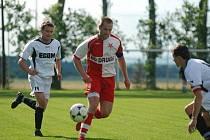 Kanonýr David Kárník (vlevo, stíhá Jakuba Lána ze Slavie Hradec) nastřílel 12 gólů, ale k záchraně Přepych to nestačilo.