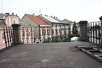Nezabezpečená terasa s výhledem na Kupkovo náměstí v Opočně.
