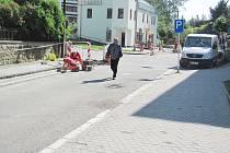 PROVOZ ZE SOKOLOVSKÉ ULICE BUDE přes víkend sveden na dvě objízdné trasy – pro každý směr jízdy je připravena jedna. Ulici Kaštany budou muset motoristé objet po Kolowratské. Uzavírka Javornické objížďku nevyžaduje.