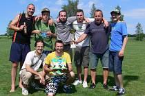 VÍTĚZOVÉ. Z prvenství v tradičním fotbalovém klání se radovali hráči Atletika Chuligán Dobruška.